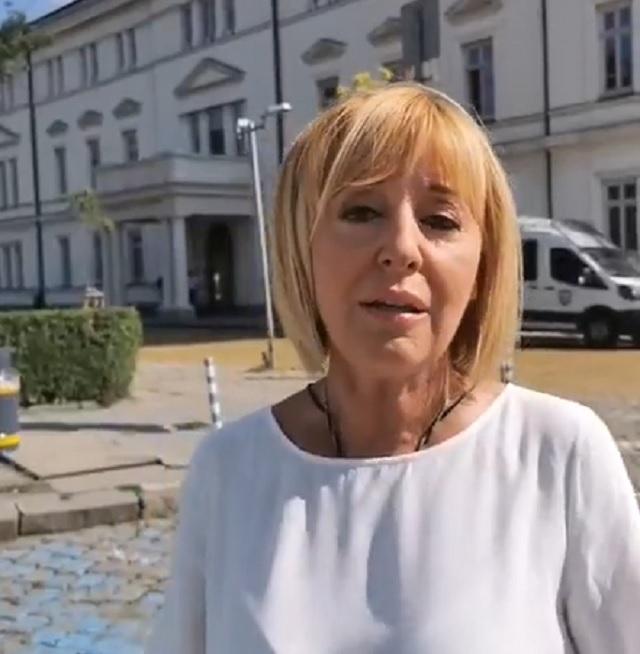Манолова призова Борисов КРС и ЦИК да върнат бонусите от по 20 хиляди лева, които са си раздали