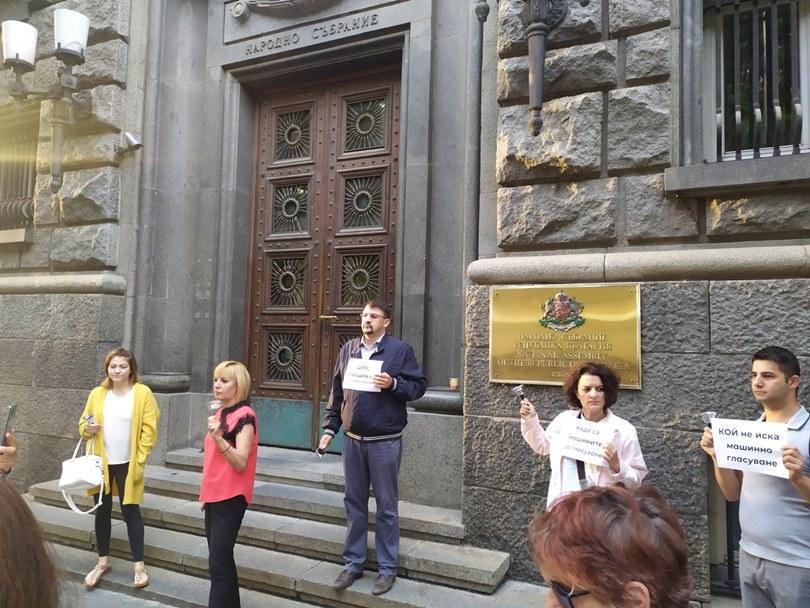 Манолова: Борисов иска да удължи изборния ден с 24 часа, за да е сигурен, че ще открадне вота